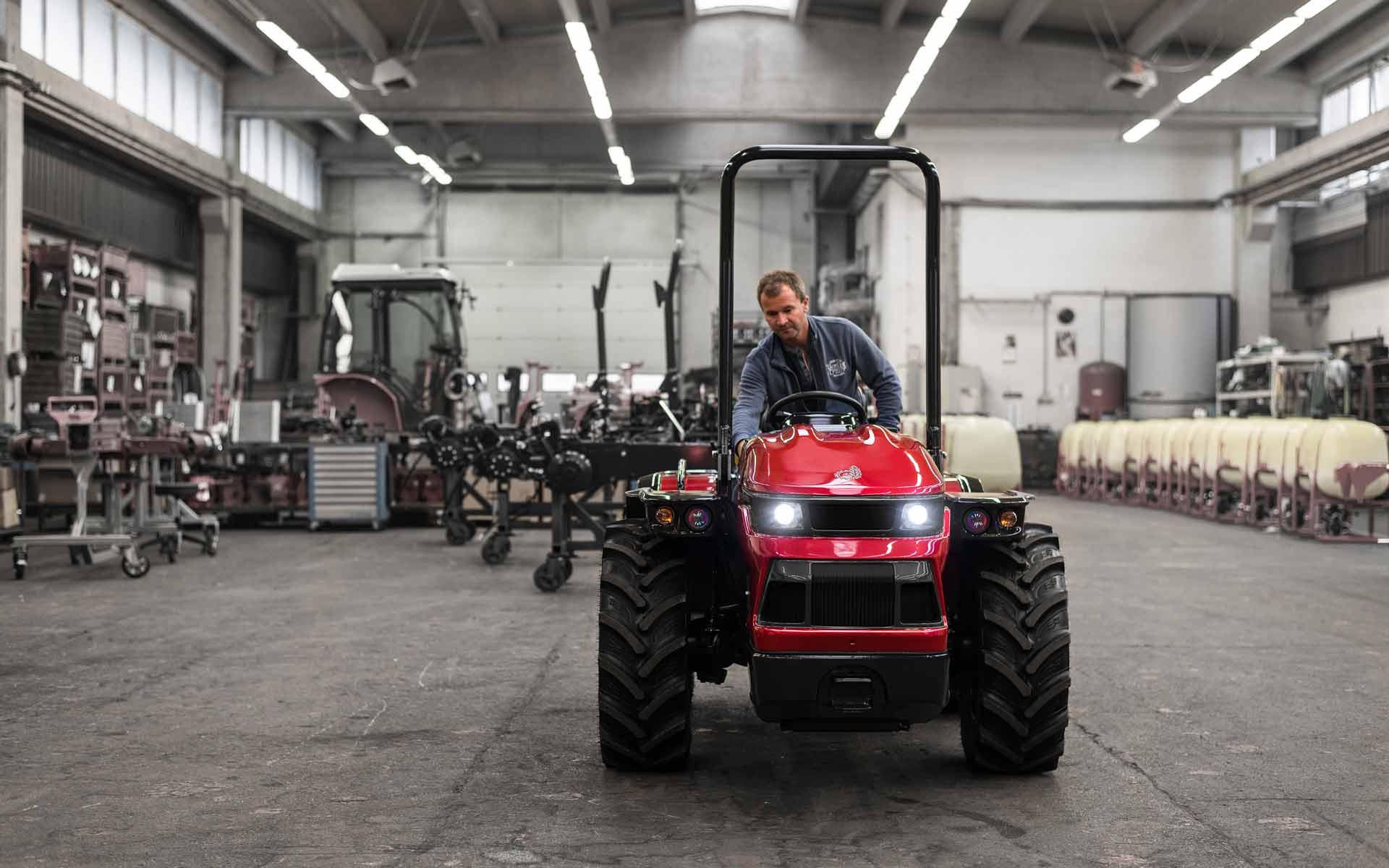 """[SK] Mladí slovenskí dizajnéri navrhli """"sexi"""" traktor. Záujem o nový model výrazne stúpol"""